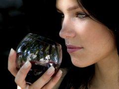 Как влияет на здоровье женщины алкоголь при месячных?