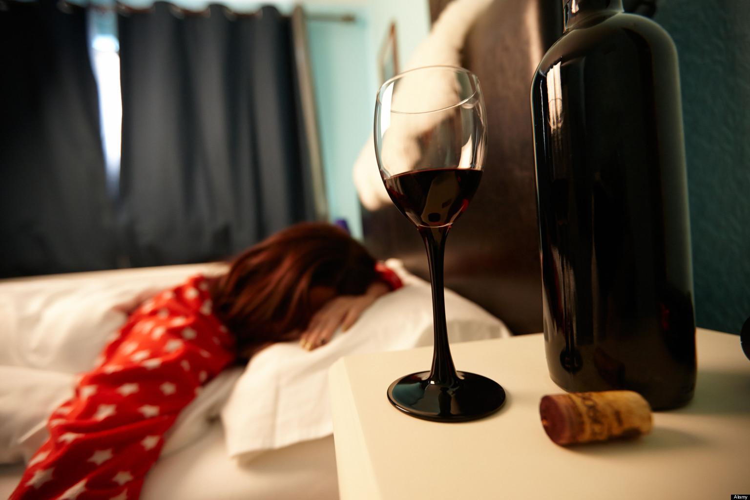 вино и спящая женщина