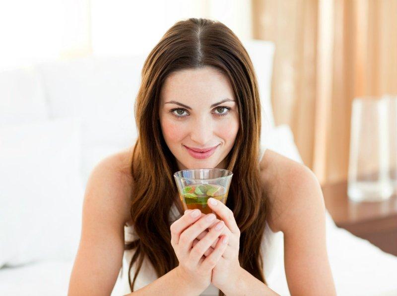 женщина пьет травяной чай