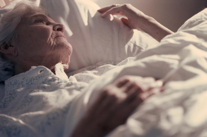 пожилая женщина не спит