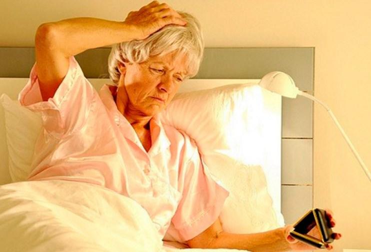 утро пожилая женщина будильник
