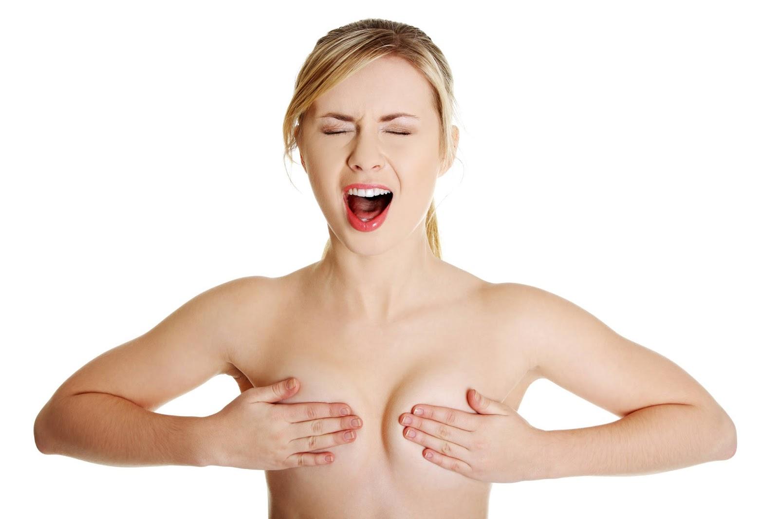 женщина кричит прикрыв грудь