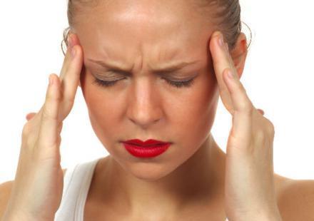 перед месячными болит голова