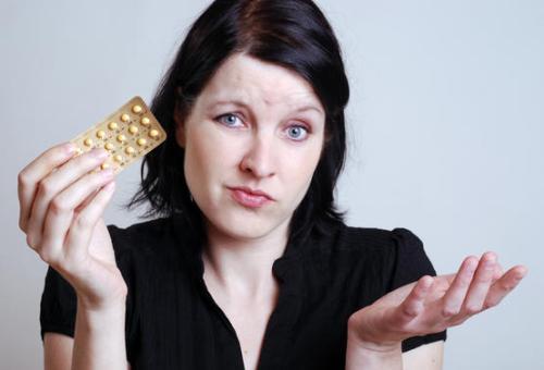 Пить гормональные таблетки для облегчения болей перед критическими днями - неправильно!