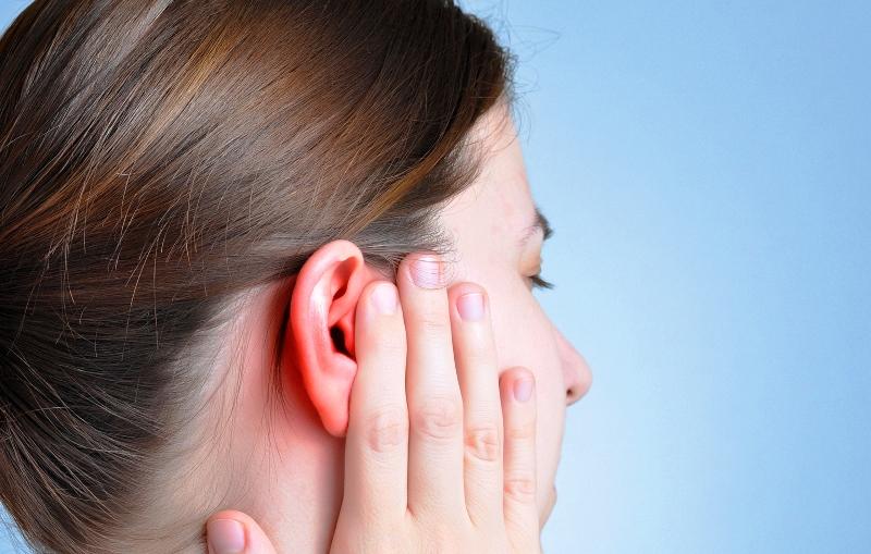 Уши могут болеть от совершенно разных причин