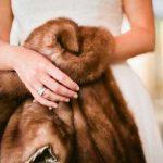 женские руки держат шубу