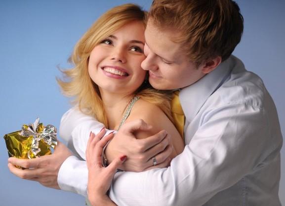 жена с мужем и подарочная коробка