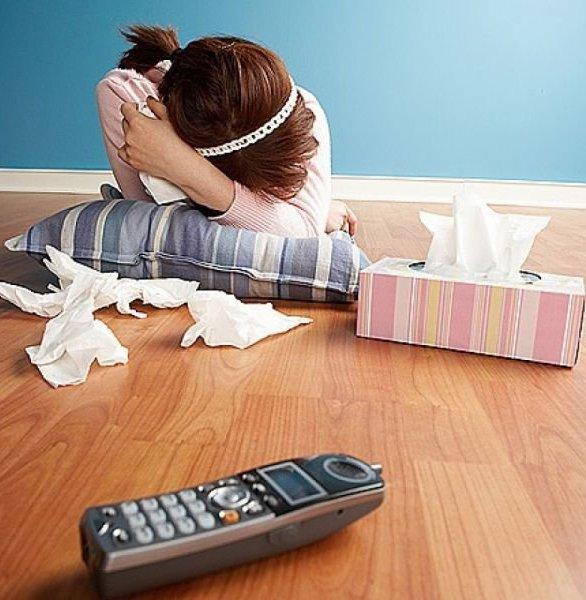 девушка плачет ей не звонит мужчина