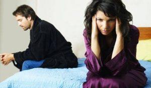 грустные женщина и мужчина