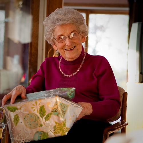 что можно подарить бабушке