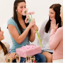 Что подарить подруге на 35 лет: идеи подарков