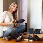 девушка ухаживает за обувью