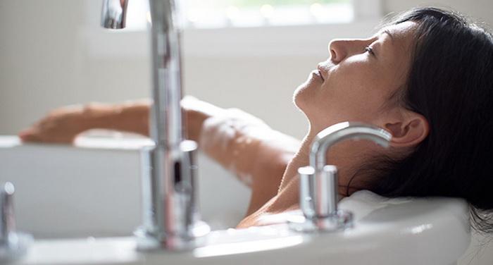 Женщина принимает горячую ванну