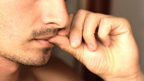 Многие мужчины грызут ногти задумавшись