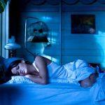 женщина лежит в спальне