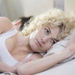 женщина с открытыми глазами на подушке