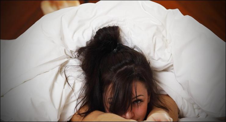 женщина укуталась одеялом