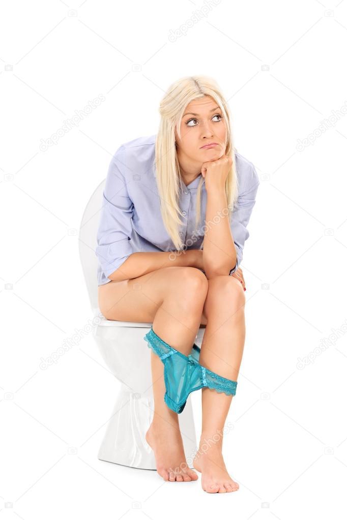 женщина сидит на унитазе