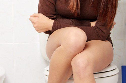 ноги женщины на унитазе