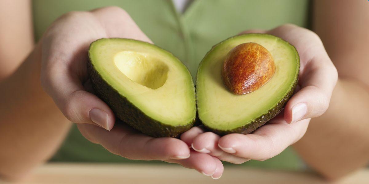 авокадо в руках