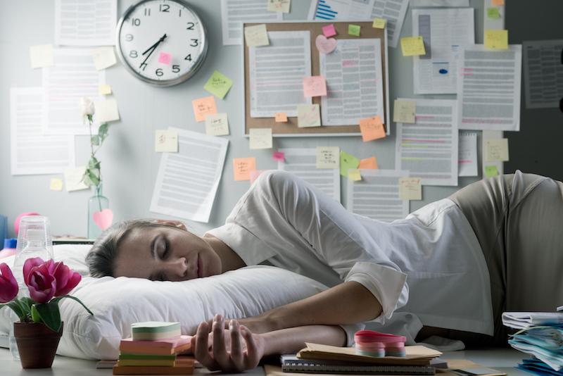 спящая в офисе