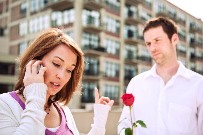 парень с розой девушка с телефоном