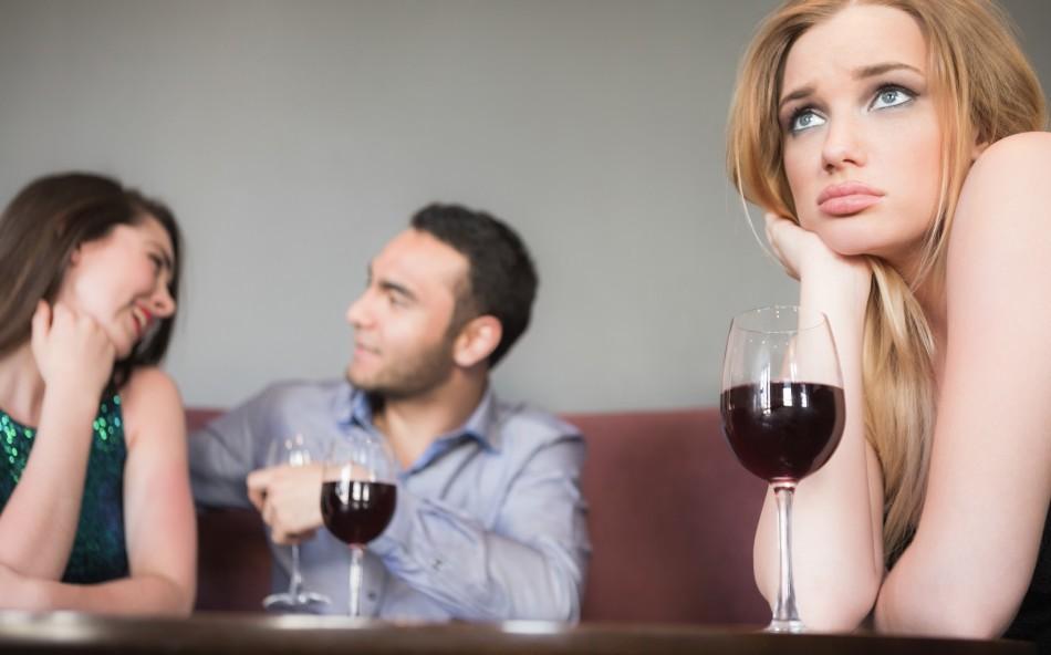 девушка ревнует парня пьющего вино с другой