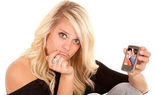 огорченная девушка с телефоном