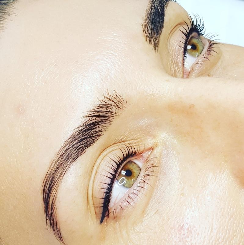 глаза и ухоженные брови