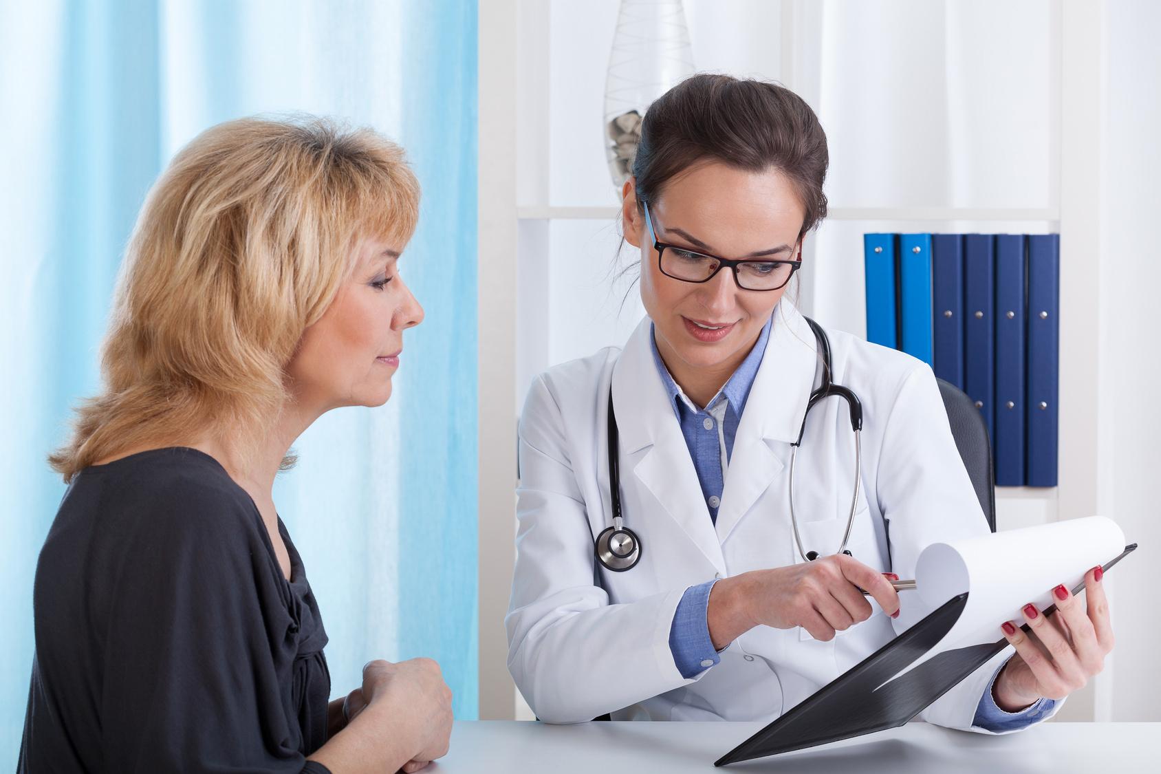 врач рекомендует женщине