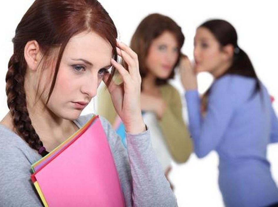против девушки сплетничают коллеги