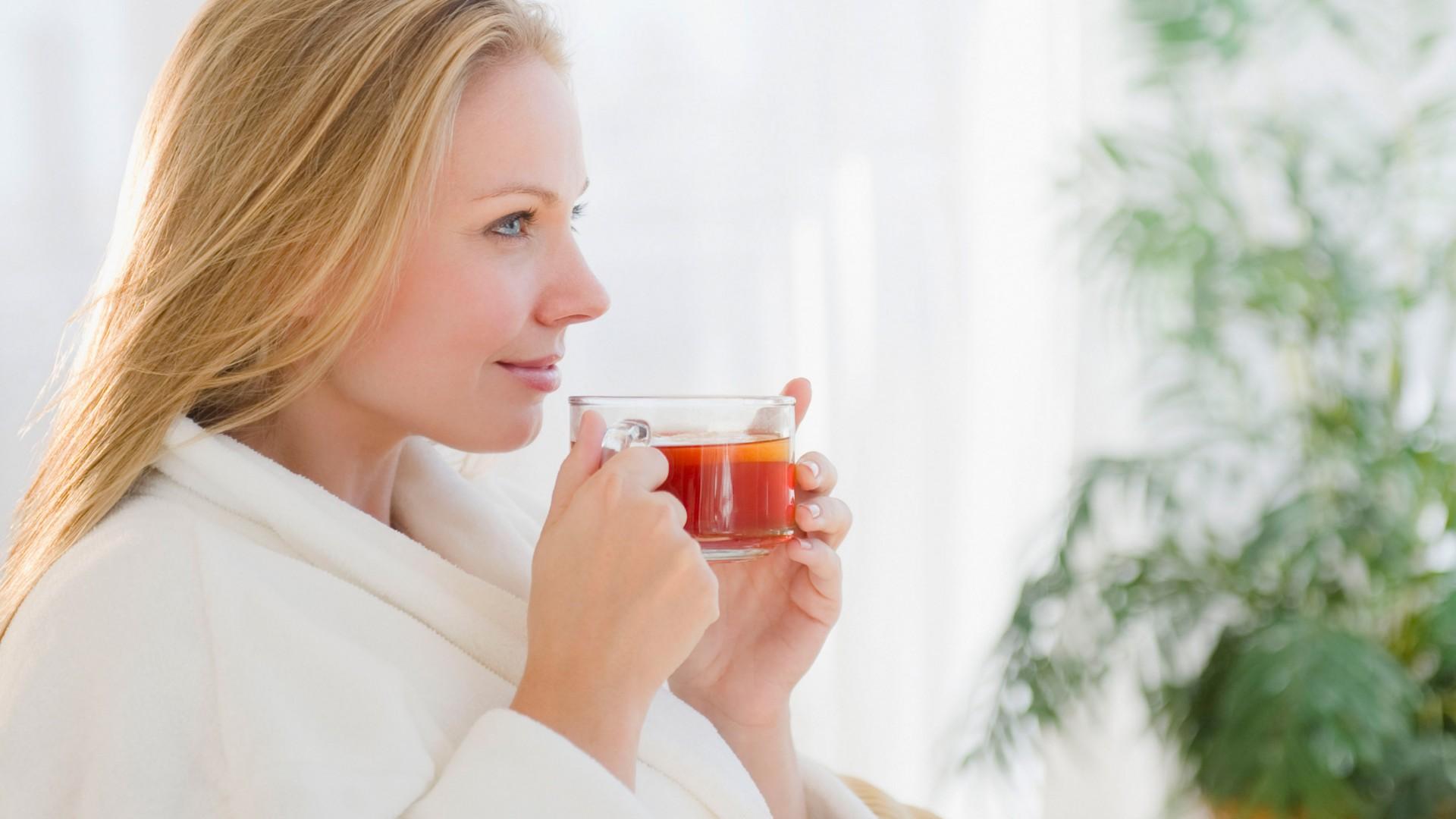 женщина пьет растительный настой