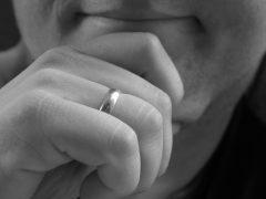 Муж и обручальное кольцо: приметы и психология