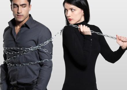женщина связала мужчину цепью