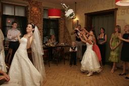 Поймала букет невесты что с ним делать