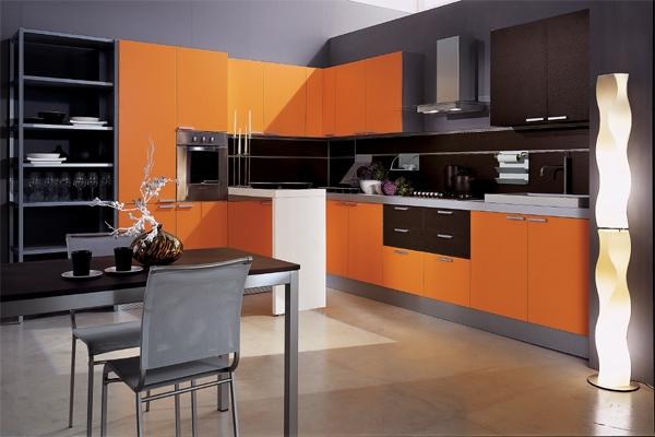 Оранжевая кухня и черные стены - интерьер смелый!