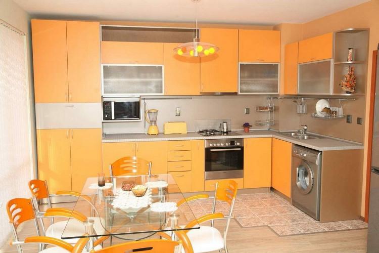 Кухня оранжево-тыквенного цвета