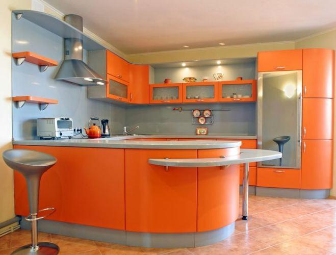 Гармоничное сочетание серых стен и оранжевой кухни