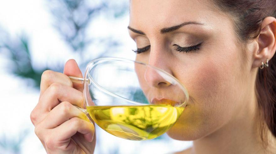 женщина пьет отвар трав как остановить месячные если они долго идут