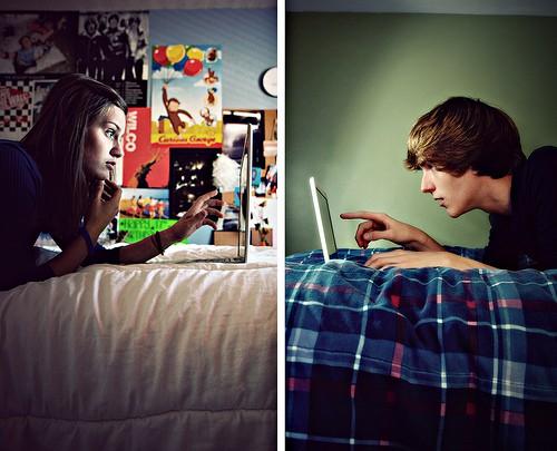 парень и девушка переписываются