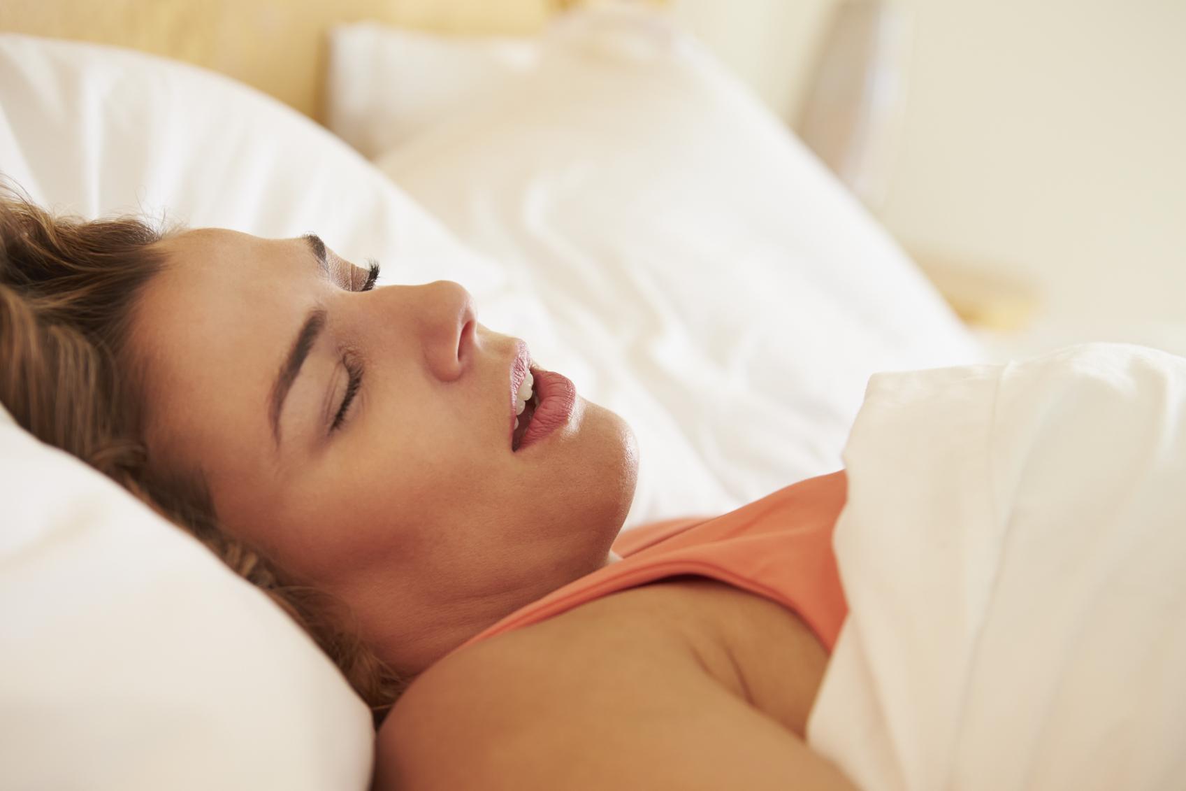 женщина спит с открытым ртом