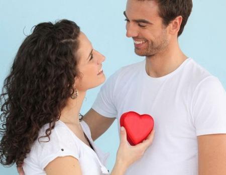 женщина дарит сердечко мужчине