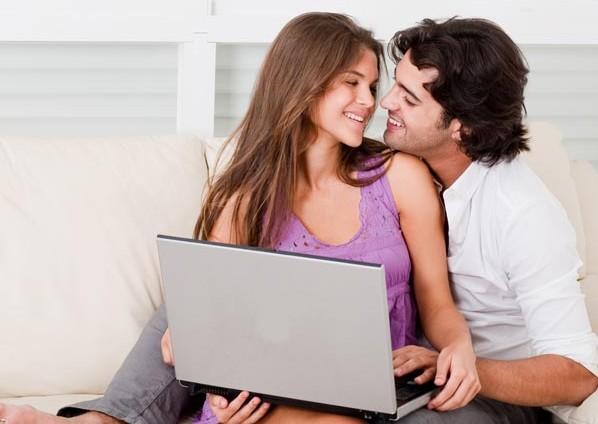 пара влюбленных с ноутбуком