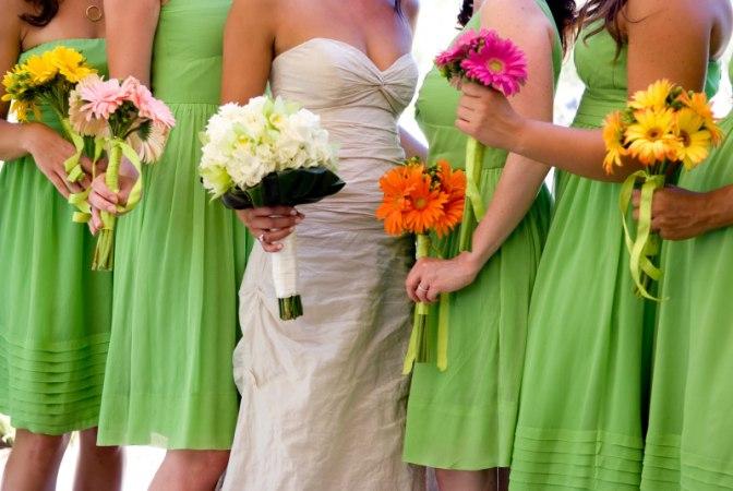 Одноцветные платья на стильную свадьбу подруги