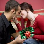 девушка и парень с подарочной коробкой