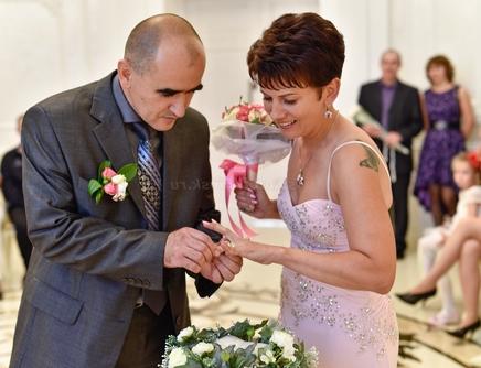 муж дарит новое кольцо жене