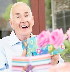 дедушка радуется подаркам