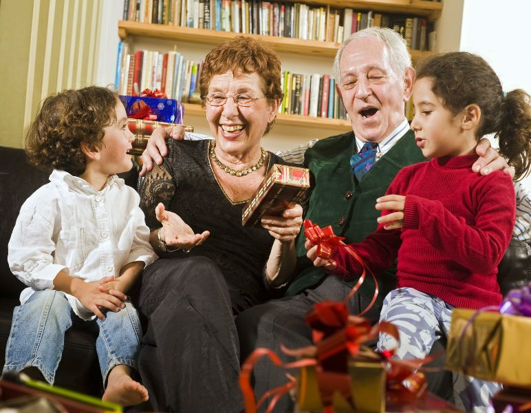 семья дарит подарки дедушке