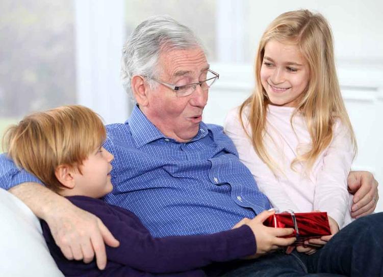 дед получает подарки от внуков