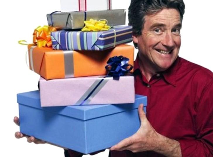 мужчина с подарочными коробками
